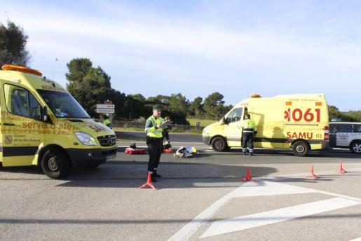 Agentes de la Guardia Civil de Tráfico y personal sanitario del SAMU-061, en el lugar del siniestro instantes después de producirse.