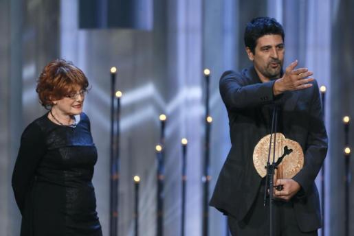 La productora Marta Esteban y el director Cesc Gay agradecen el galardón al Mejor Largometraje Español de Ficción recibido por 'Truman', durante la ceremonia de entrega del XXI Premios cinematográficos Jose María Forqué.