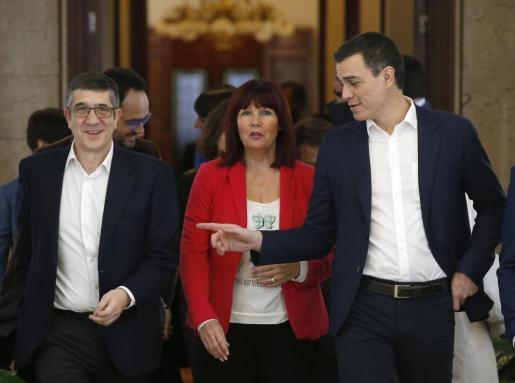 El secretario general del PSOE, Pedro Sánchez (d), acompañado de la presidenta del partido, Micaela Navarro y el secretario de Acción Política, Patxi López, a su llegada a la reunión de este martes en el Congreso.