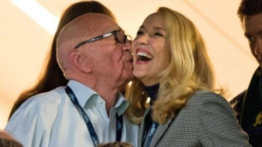 El magnate de las comunicacines Rupert Murdoch besa a la modelo Jerry Hall