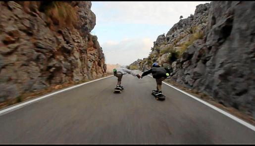 En el vídeo que ha provocado la polémica, dos jóvenes descienden a toda velocidad por sa Calobra, invadiendo toda la calzada.