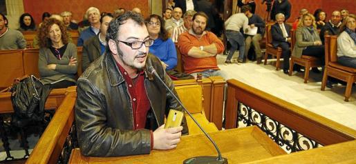 El portavoz de la Associació d'Amics de la Música de Marratxí, Tomeu Serra, durante la sesión.