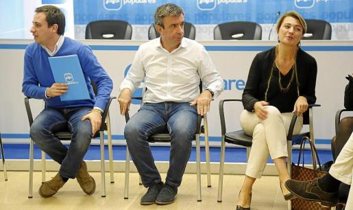 Miquel Vidal, entre el secretario general, Andrés Ferrer, y la portavoz en Cort, Margalida Durán.