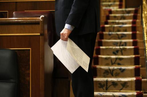 Un diputado sostiene un gráfico del nuevo hemiciclo en la sesión constitutiva del Congreso de los Diputados.