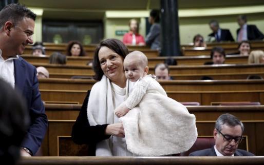 Carolina Bescansa, con su bebé en brazos.