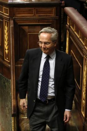El diputado popular Pedro Gómez de la Serna, excluido del grupo por sus negocios en el extranjero, tras votar para la elección del presidente del Congreso, durante la sesión constitutiva de la Cámara Baja que supone la apertura de la XI Legislatura.