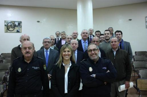La delegada del Gobierno, Teresa Palmer, ha presidido este miércoles un acto de homenaje a 25 agentes de la Policía Nacional que se jubilaron a lo largo de 2015.