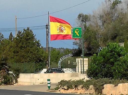 Imagen de la bandera izada en el cuartel de la Guardia Civil de Llucmajor.