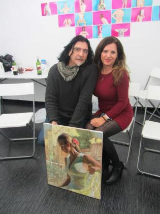 Cristina Ferrer vivió una «experiencia increíble» en el mes de diciembre junto a otros once pintores llegados de distintas partes del mundo. En la imagen, junto al pintor ruso. Foto: C. F.
