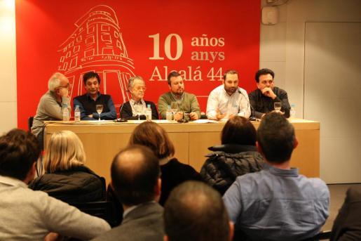 Desde la izquierda, Cesc Mulet, Agustí Villaronga, Fernando Colomo, Joan Carles Martorell, Marcos Cabotá y Toni Bestard, durante su participación en Madrid en el acto 'Fer cinema a les Balears'.