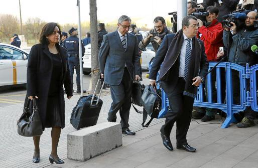 El abogado Manuel González Peeters, en primer término, Diego Torres y su esposa, Ana maría Tejeiro, a su llegada a la primera sesión del juicio del 'caso Nóos' celebrado el pasado lunes en el Polígono de Son Rossinyol.