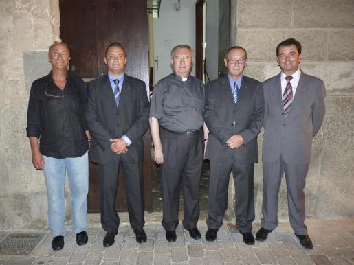 José Ripoll, Miguel Llull, Bartolomé Veny, Simón Jover y Antonio Matas ante la rectoría donde se sirvió el refrigerio.