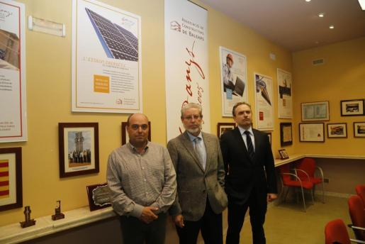 Eduardo López (en el centro) fue reelegido por cuatro años como presidente por la asamblea de la Asociación de Constructores, junto a los vicepresidentes Clemente Oliver y Óscar Carreras (derecha).