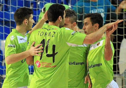 Los jugadores del Palma Futsal celebran un gol en Son Moix.
