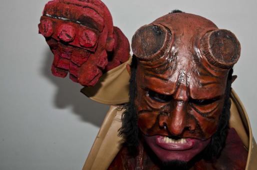 Las máscaras creadas por Riera cubren solo media cara para poder gesticular con la boca.