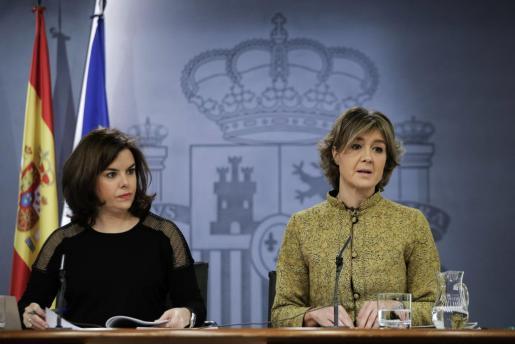 La vicepresidenta del Gobierno en funciones, Soraya Sáenz de Santamaría (i), y la ministra de de Agricultura, Alimentación y Medio Ambiente, Isabel García Tejerina, durante la rueda de prensa posterior a la reunión del Consejo de Ministros.