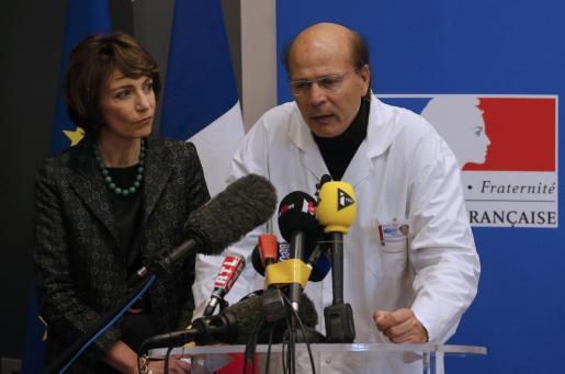 La ministra de sanidad francesa, Marisol Touraine, y el neurólogo Gilles Hedan, durante la rueda de prensa que han ofrecido la tarde de este viernes en Rennes.