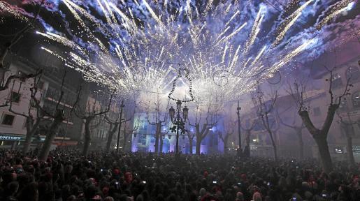 Miles y miles de personas se concentran en la Plaça Major de sa Pobla durante la celebración del piromusical en la 'Nit Bruixa'.