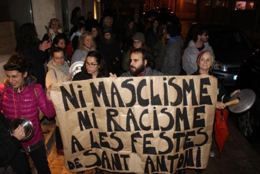 Los participantes en la cacerolada protestaron ante la sede de la revista.