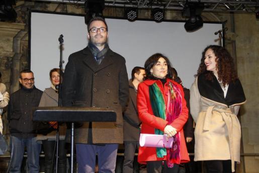 La actriz Àssun Planas (c), acompañada en la imagen por el alcalde de Palma José Hila y la regidora de Participació Ciutadana Eva Frade, ha sido la encargada de leer el pregón que da inicio a la celebración en Palma de las fiestas de Sant Sebastià.