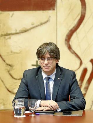 El presidente de la Generalitat, Carles Puigdemont, durante la primera reunión del Consell Executiu tras el acto de toma de posesión del nuevo gobierno catalán.