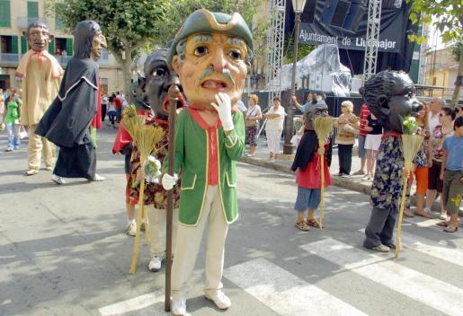 Los 'capgrossos' son personajes esenciales de las fiestas de Santa Càndida.