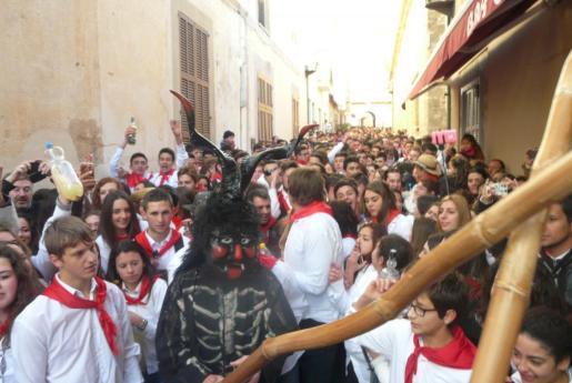 Centenares de jóvenes y vecinos se han volcado con la fiesta, ataviados con sus camisas blancas y pañuelos rojos.