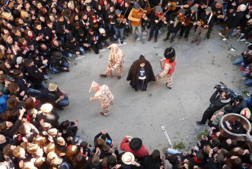 El tradicional 'Ball de la Sala' ha congredado a miles de manacorins.