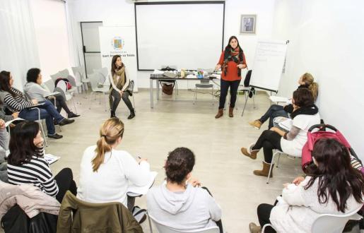 Noemí Boned y Belén García durante la sesión que se celebró ayer por la mañana en las oficinas municipales de Sant Jordi. Foto: TONI ESCOBAR