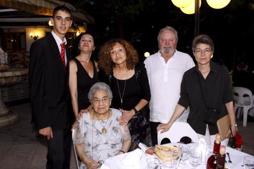 Fernando García, Isabel Valls, Elisa Valls, Miguel Reus y Ana María Valls, con Catalina Valls, muy emocionada en su fiesta de cumpleaños.