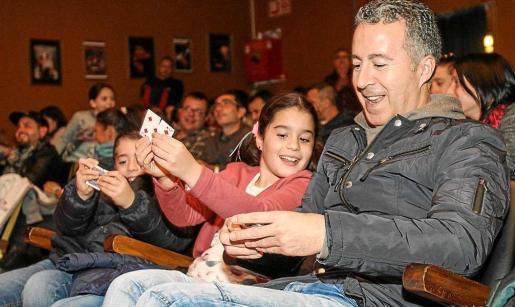 Pequeños y adultos lo pasaron en grande y participaron en algunos números. Foto: TONI ESCOBAR