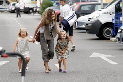La Princesa de Asturias llegando al Club Náutico de Palma con sus hijas, Leonor y Sofía.