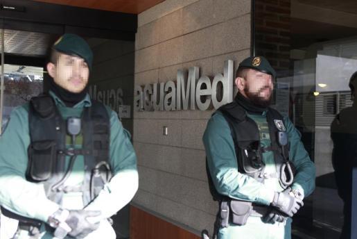 Agentes de la Guardia Civil, a las puertas de la empresa Aguas de las Cuencas Mediterráneas (Acuamed), dependiente del Ministerio de Agricultura y Medio Ambiente.
