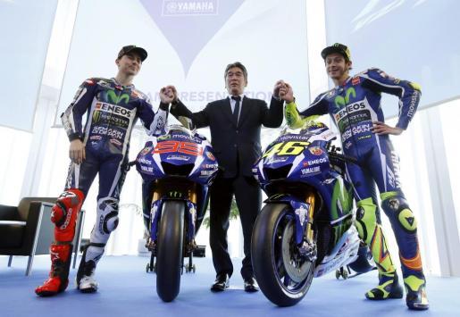 El piloto palmesano Jorge Lorenzo y el italiano Valentino Rossi posan junto al manager general de Yamaha Tsuji Kouichi durante la presentación de las motos de la marca japonesa para el Mundial de MotoGP de 2016.