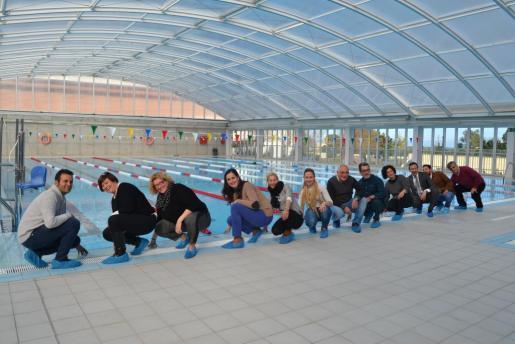 Los regidores del Ajuntament de Capdepera durante su visita a la piscina municipal.