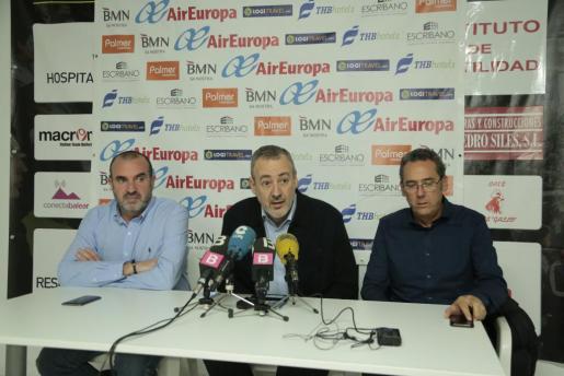 Ángel García, Guillem Boscana y Xavi Sastre, durante la rueda de prensa ofrecida en el Palau d'Esports de Son Moix.