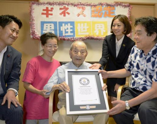 Yasutaro Koide, con la placa del Premio Guinness.