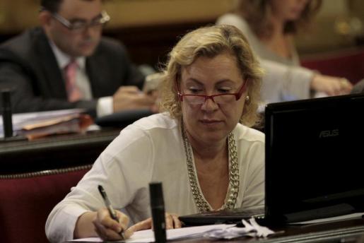 La exdiputada socialista Lourdes Aguiló durante un pleno del Parlament.