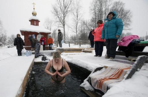 Cristianos ortodoxos se sumergen en agua helada durante las celebraciones de la Epifanía en Soligalich. En Rusia es tradición bañarse al aire libre cada 19 de enero, cuando se celebra la Epifanía de Cristo y su bautismo en aguas del río Jordán.