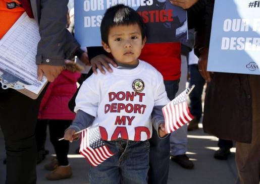 Un niño en frente de la Corte Suprema en Washington durante las manifestaciones en Noviembre de 2015 vistiendo una camiseta en la que se puede lee 'no deportéis a mi padre'.