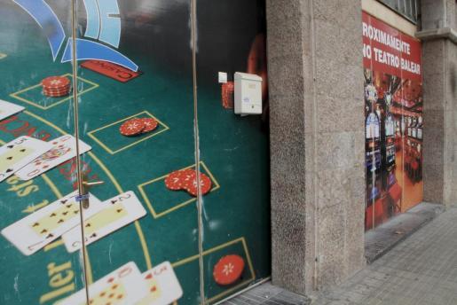 Las puertas del Casino Teatro Balear en Palma precintadas por orden de Cort.