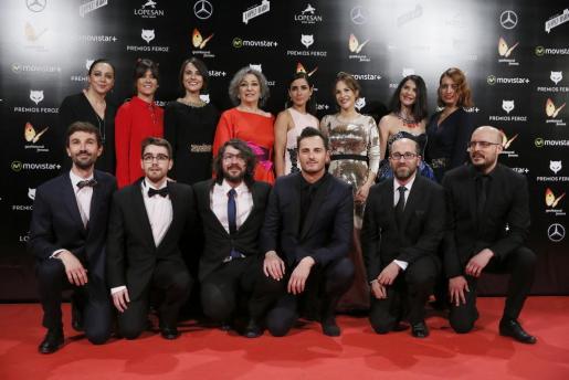 El reparto y miembros del equipo de 'La novia' junto a su directora, Paula Ortiz (3d-atrás) posan a su llegada a la gala de entrega de la tercera edición de los Premios Feroz, que otorga la Asociación de Informadores Cinematográficos (AICE), en el Gran Teatro Príncipe Pío de Madrid. Foto EFE/Juanjo Martín