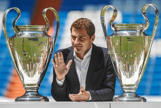 El guardameta Iker Casillas posa junto a las dos de las tres Champions que ha ganado en su carrera deportiva durante su despedida como jugador del Real Madrid, el pasado verano.
