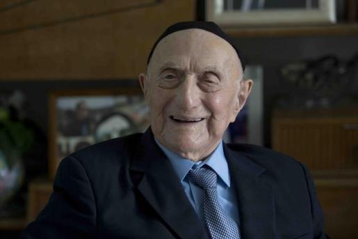 El superviviente del Holocausto Israel Krystal sonríe en su casa en la ciudad de Haifa (Israel) en una foto de archivo tomada el 27 de enero de 2015.