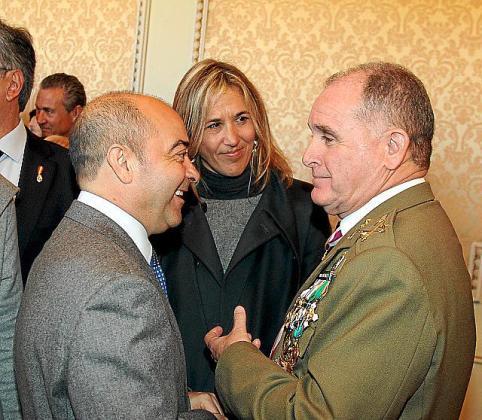 Antonio Gómez, con el entonces comandante general de Balears, Adolfo Orozco. Gómez era el responsable de las relaciones institucionales del Govern de Bauzá.