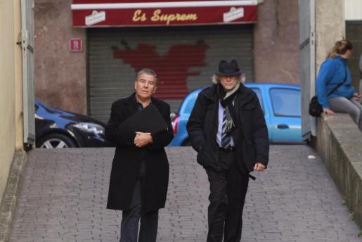 Daniel Mercado, a la izquierda de la imagen, llega a los juzgados acompañado por su abogado.