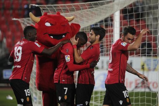 Pereira celebra el gol con Biel Company, Sissoko y Moutinho ante la presencia de Dimonió.