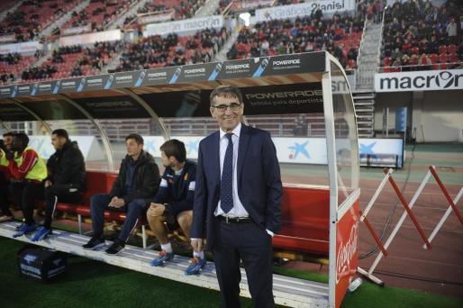 Fernando Vázquez, en el banquillo, antes del inicio del partido.
