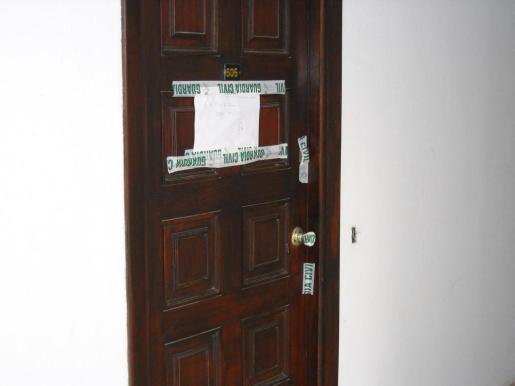 La puerta del domicilio donde ocurrieron los hechos precintada por la Guardia Civil.