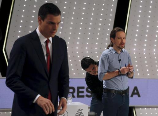 Pedro Sánchez y Pablo Iglesias, momentos antes de comenzar el debate previo a las elecciones.